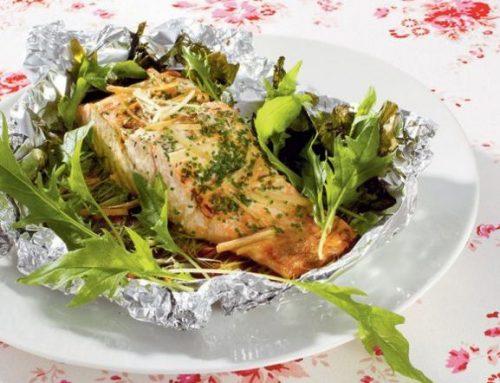 Lohta ja Mizuna-salaattia foliossa valkosipuliruohon ja inkiväärin kera