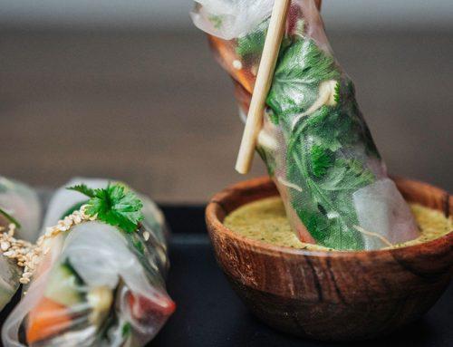 Vietnamilaiset kesärullat ja korianteri-seesamidippi